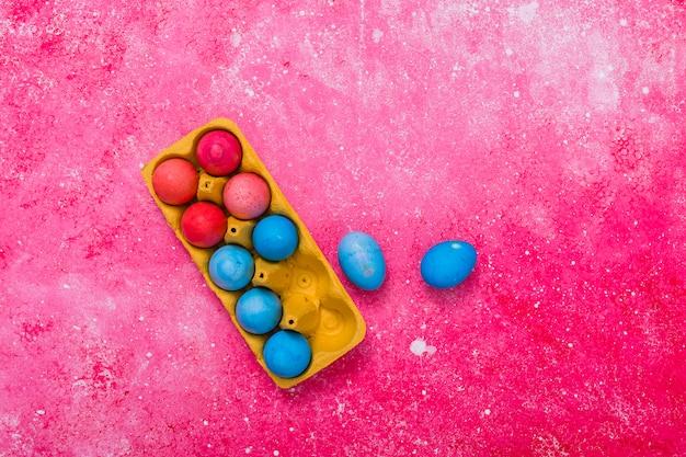 Расписные пасхальные яйца в лотке Бесплатные Фотографии