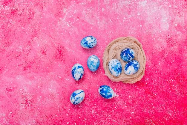 Пасхальные яйца синего цвета в гнезде Бесплатные Фотографии