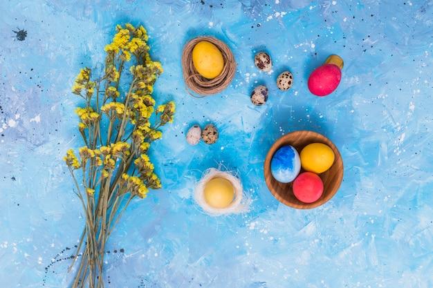 Пасхальные яйца в гнездах с цветами Бесплатные Фотографии