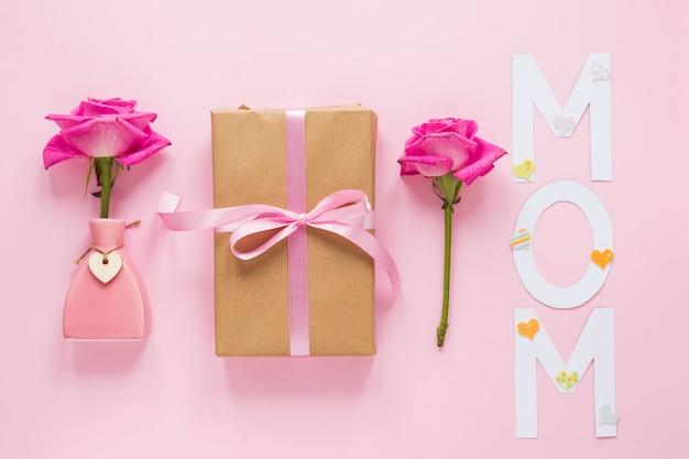 ギフト用の箱とママの碑文と花瓶にバラ 無料写真