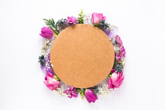 テーブルの上の別の花に丸い紙 無料写真