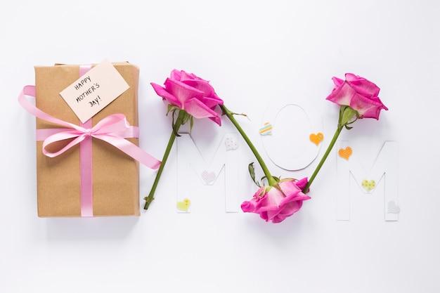 Мама надпись с подарочной коробкой и розами Бесплатные Фотографии