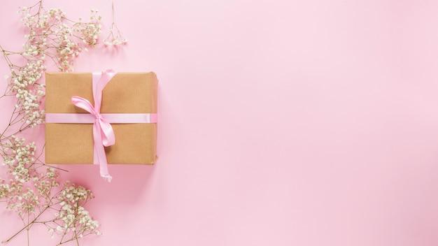 Большая подарочная коробка с цветочными ветками на столе Бесплатные Фотографии