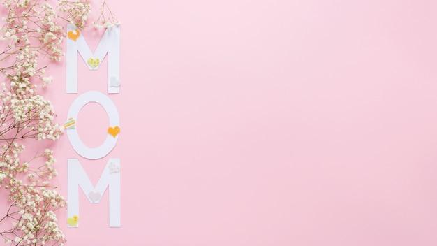 Мама надпись с маленькими цветами веток Бесплатные Фотографии