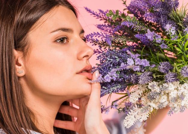 明るい花の花束を持つ思いやりのある女性 無料写真