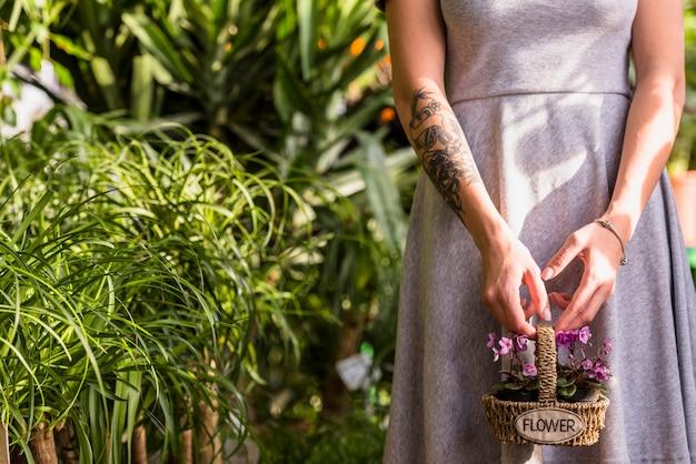 花を持つ女性持株バスケット 無料写真