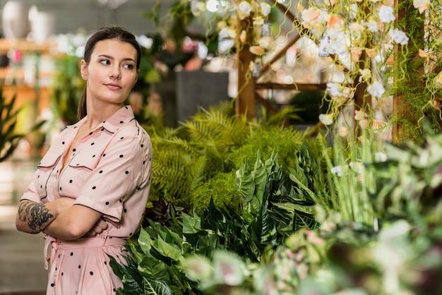 緑の家に立っているドレスの若い女性 無料写真