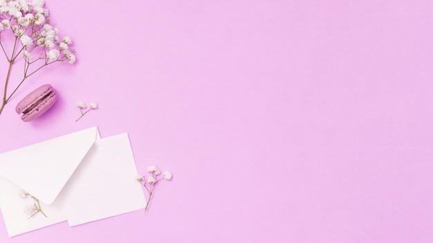 紙と花の枝と封筒 無料写真