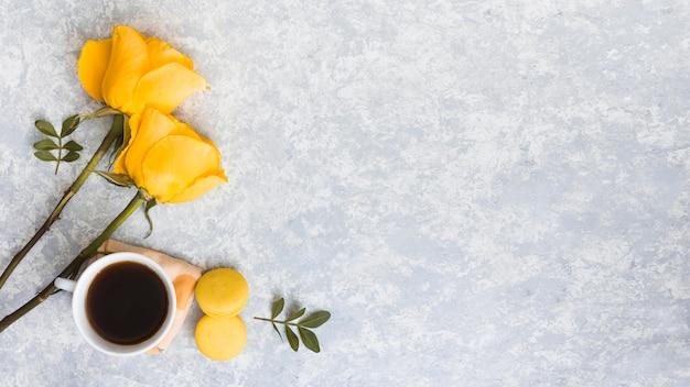 マカロンとコーヒーカップとバラの花 無料写真