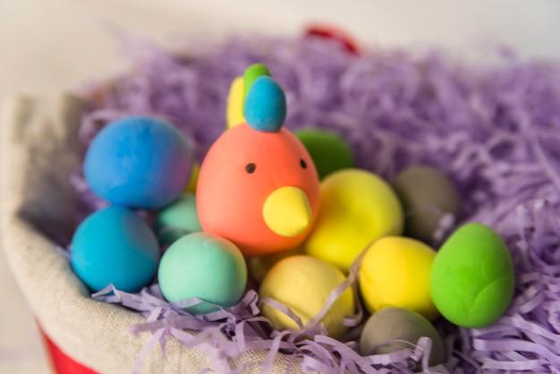 見掛け倒しの巣のオンドリの卵 無料写真