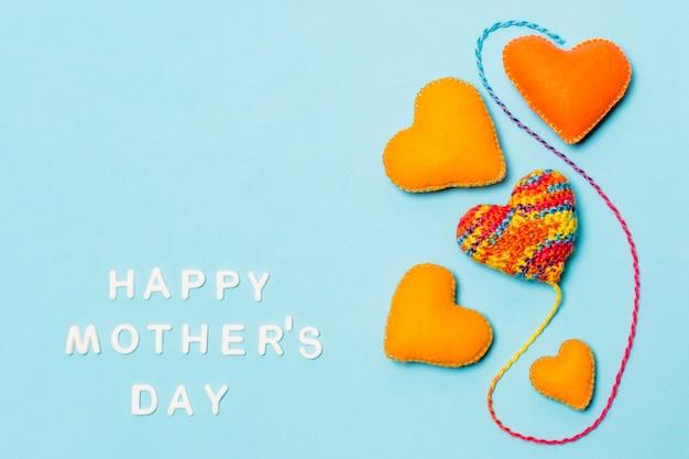 幸せな母の日碑文近くの心の装飾的なシンボル 無料写真