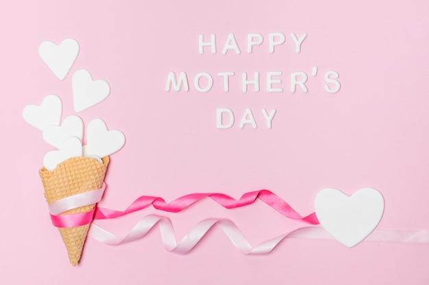 Бумажные сердечки в вафельных трубочках возле счастливого дня матери Бесплатные Фотографии