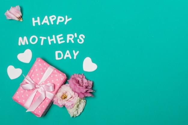 花とギフトボックスの近く幸せな母の日タイトル 無料写真