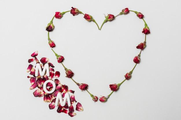 Мама титул между красным декоративным сердцем из цветов Бесплатные Фотографии