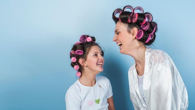 笑ってカーラーでかわいい母と娘 無料写真