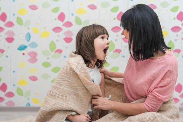 顔を作る光毛布で母と娘 無料写真