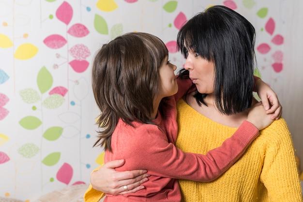 母と娘の抱擁とふくれっ面の唇 無料写真