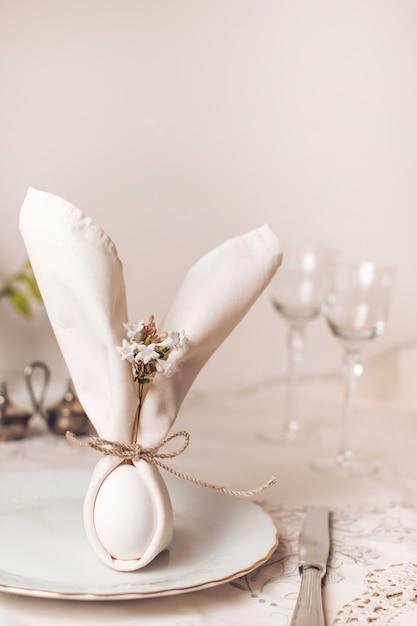 Салфетка на тарелке возле столовых приборов и стаканов Бесплатные Фотографии