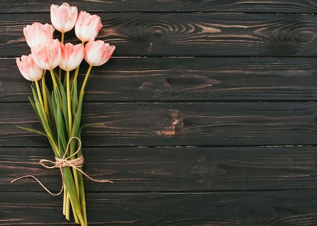 木製のテーブルに大きなチューリップの花の花束 無料写真