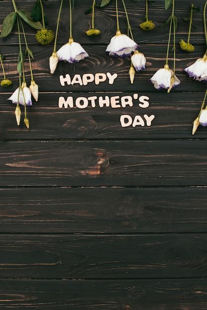白い花を持つ幸せな母の日碑文 無料写真