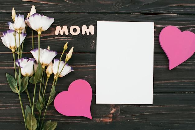 花と空白の紙とママの碑文 無料写真
