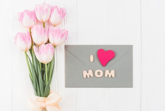 母の日のための花と封筒の配置 無料写真