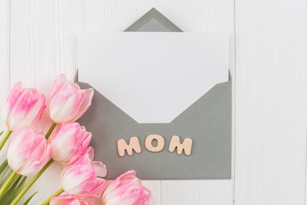 単語ママとチューリップのフレーム封筒 無料写真