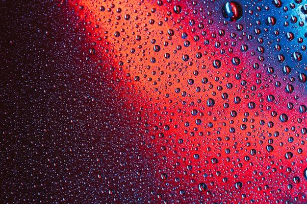 明るい表面上の水のマクロ抽象滴 無料写真