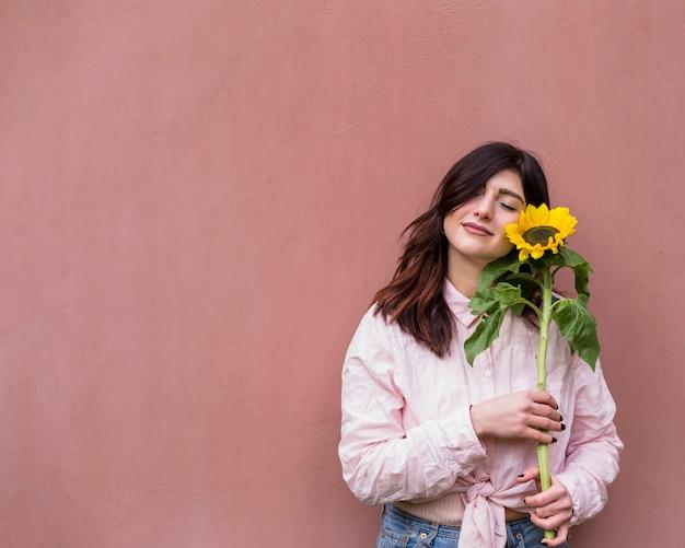 黄色いヒマワリと夢のような女の子 無料写真