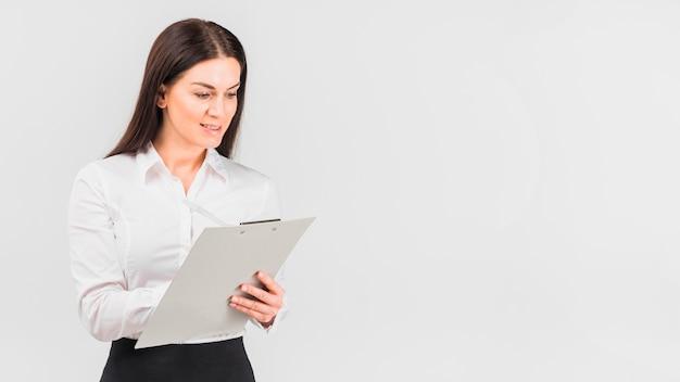 クリップボードに書き込むのシャツのビジネスウーマン 無料写真