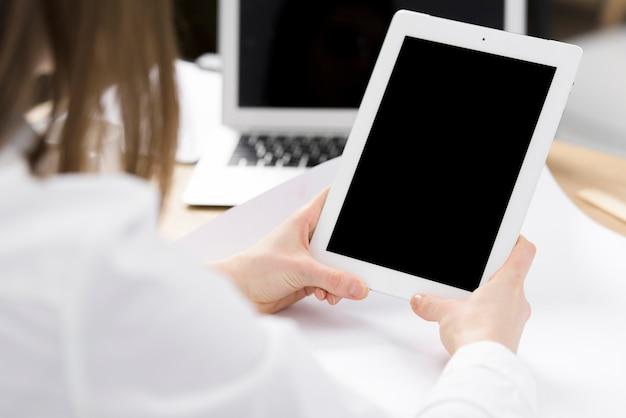 Рука предпринимателя держит цифровой планшет в руке над столом Бесплатные Фотографии