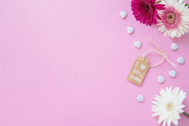 テーブルの上のガーベラの花とママの碑文が大好き 無料写真