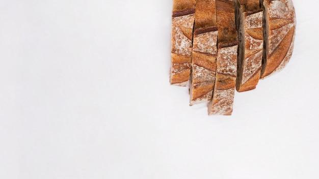 白い背景で隔離のパンのスライス 無料写真