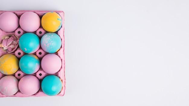 ピンクの容器で明るいイースターエッグ 無料写真