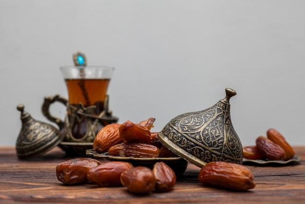 お茶のグラスと皿の上のフルーツの日付 無料写真