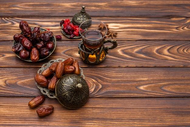 紅茶のグラスと皿の上の日付のフルーツ 無料写真