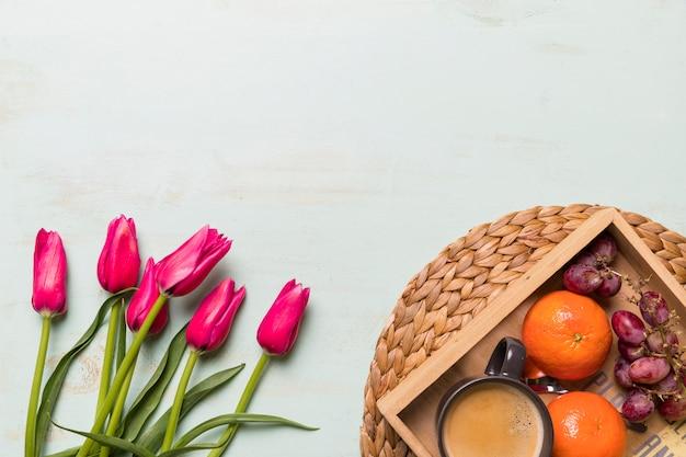 チューリップの花束とフルーツトレイ 無料写真