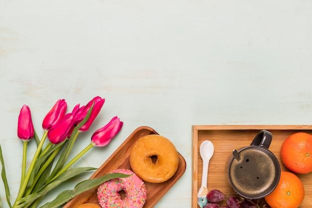 Композиция сладкого завтрака с тюльпанами Бесплатные Фотографии