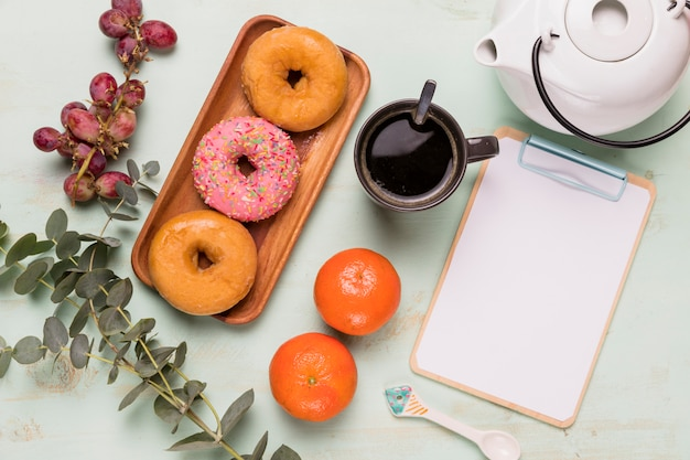おいしいコーヒーブレークとフレームクリップボード 無料写真