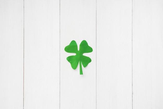 Зеленый бумажный клевер на борту Бесплатные Фотографии
