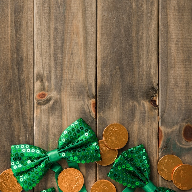 黄金のコインと木の板に蝶ネクタイ 無料写真