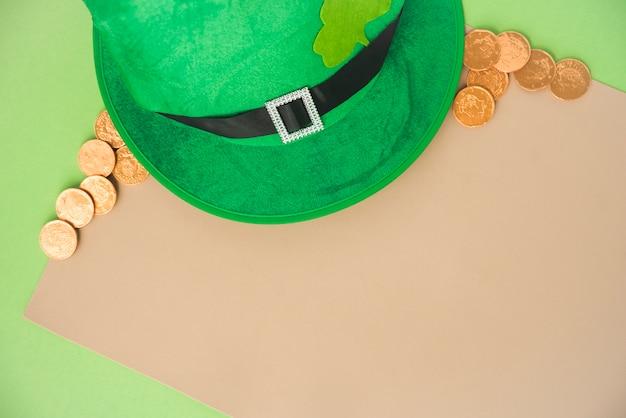コインと聖パトリックの帽子の近くの紙 無料写真