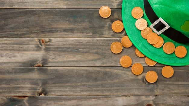 聖パトリックの帽子、装飾的なクローバーと黄金のコイン 無料写真