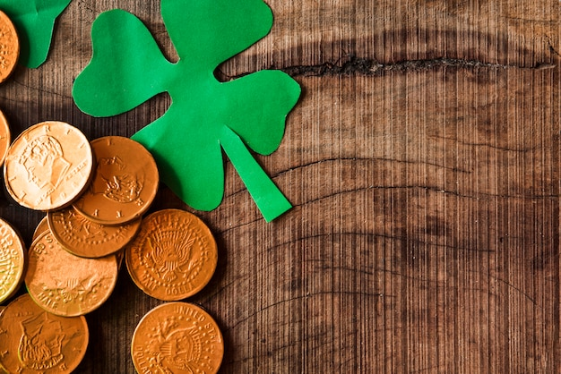 黄金のコインと木製のテーブルの上の紙のシャムロック 無料写真