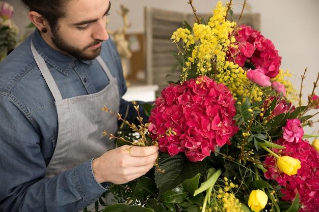 花束に花を生ける男性のクローズアップ 無料写真