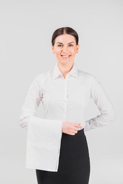 Официантка улыбается и держит руку за спиной Бесплатные Фотографии
