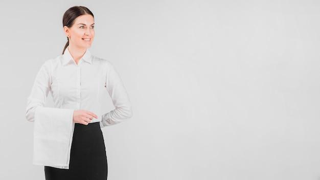 Официантка в униформе улыбается Бесплатные Фотографии