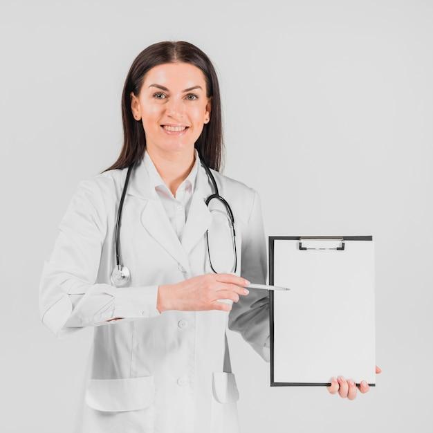 医者の女性がクリップボードに表示 無料写真