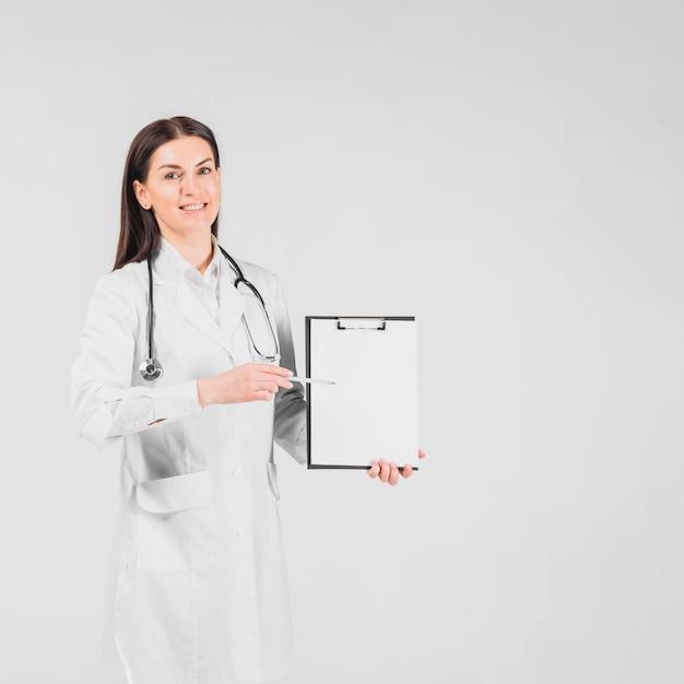 医者女性の笑顔とクリップボードに表示 無料写真