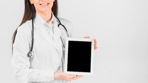 医者女性笑顔とタブレットを保持 無料写真